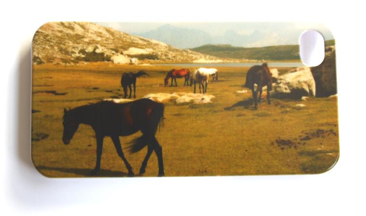 iPhone 4 cover med heste ved en bjergsø